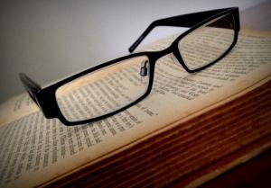 メガネと本